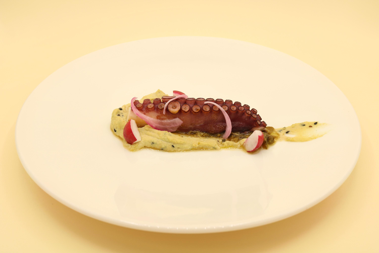 Pulpo, hummus original y rabanitos en vinagre